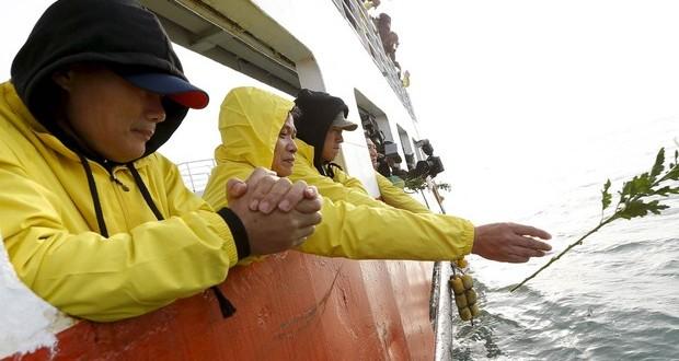 Vítimas de naufrágio na Coreia do Sul são homenageadas um ano depois