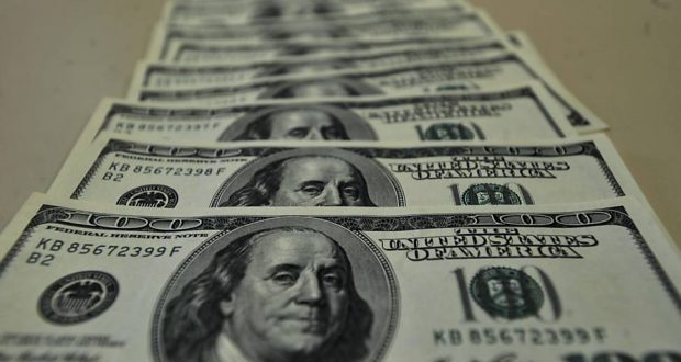 Brasileiros aproveitam queda do dólar para pagar as dívidas no exterior