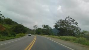 Desmoronamento atrapalha o trânsito na BR-101 em Teodoro Sampaio