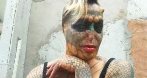 Mulher transgênero tira nariz e orelhas para se parecer com dragão