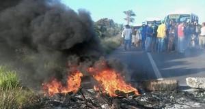 Moradores protestam na BA-001 por melhores condições na rodovia