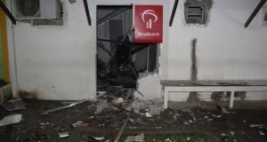 Quadrilha explode caixa eletrônico do Bradesco de Varzedo