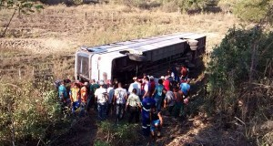 Ônibus capota na BR-324 e deixa 20 feridos