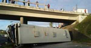 Ônibus cai de viaduto da BR-324