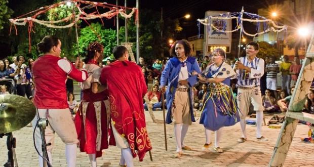 Santo Antônio de Jesus: grupo de teatro cearense realiza peça em praça pública nesta quinta