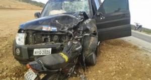 Motociclista morre depois de colidir com carro em que viajava deputado