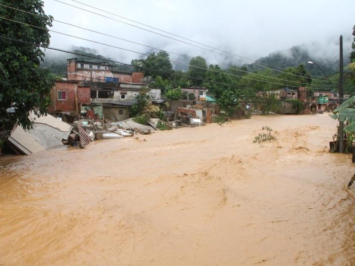Chuvas expulsam mais de 3.200 de casa no Rio