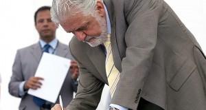 Wagner assina em Cabaceiras do Paraguaçu ordem de serviço para recuperar BA-491
