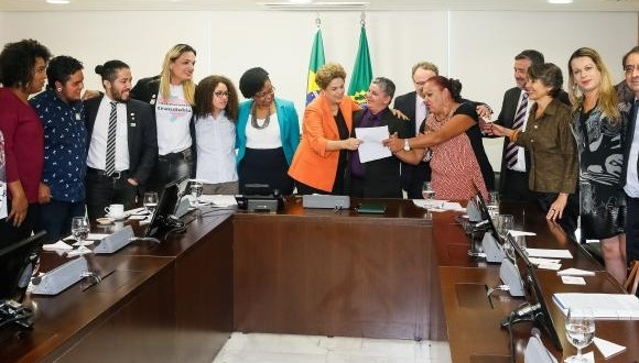Dilma assina decreto que permite transexuais usarem nome social em órgãos federais