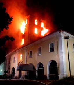 Secretaria de Educação de Salvador pega fogo
