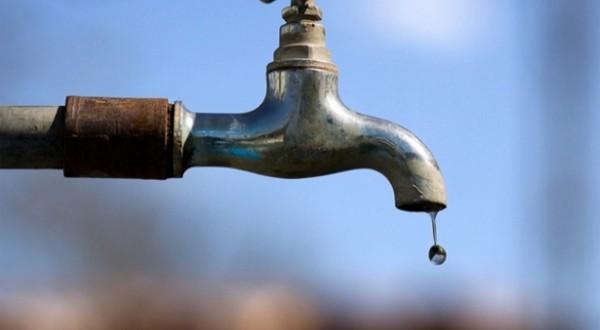 Com seca, moradores dormem em filas e 'brigam' por água em Itabuna